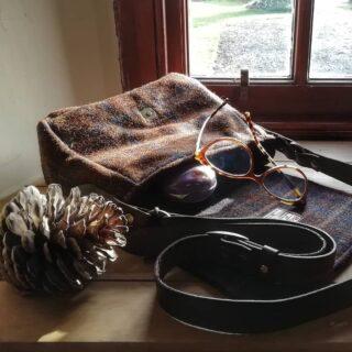 Another new small handbag, the light was pretty coming through the window this morning in my studio.#handbags #handbag #handbagdesigner #handmadewithlove #handmadebag #artisanmade #artisanmadegoods #artisan #designer #designermaker #harristweedfabric #harristweedauthority #harristweedhandbags #tweedbag #tweedfabric #tweedhandbag #leatherhandles #italianleatherhandles #vegtanleather
