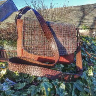Loving the crisp cold sunshiny days, here's another bag folks 👜 xx.#handbags #baghandmade #handmadebag #handmadebags #handbagdesigner #handbagdesign #designermaker #designer #artisan #creativeindustry #creativesewing #creativesoul #italianleather #italianleatherhandles #harristweedfabric #harristweedhandbags #harristweedauthority #tweedpurse #tweedbag #harristweedbag #rosehip #madeinscotland #madeinangus #scottishwool #scottishdesign